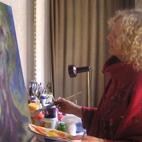 Helle Sandberg maler i sit atelier